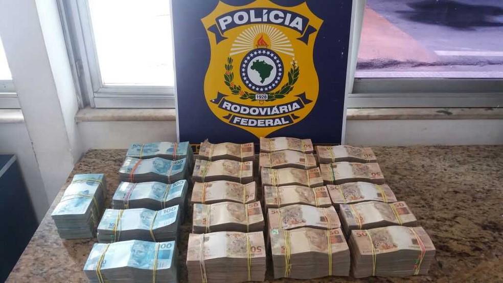 Polícia Rodoviária Federal acha R$ 700 mil dentro de mala transportada em ônibus