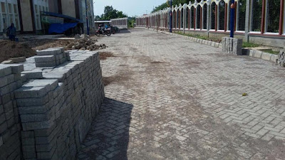 Pemasangan Paving Block di Taman Masjid Patung Mangga Indramayu