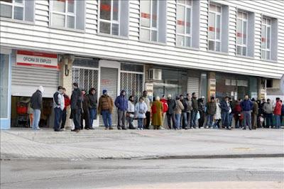 Traditionell köbildning utanför ett av spanska arbetslöshetskassans kontor.