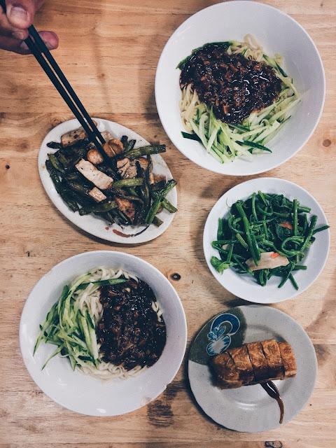 兩碗炸醬麵、菜捲、四季豆干及龍鬚菜。