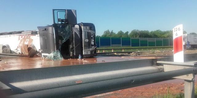 У Польщі з перекинутої вантажівки на дорогу вилилося 24 тонни шоколаду
