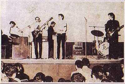 Οι Juniors με τον Eric Clapton (δεξιά στην φωτογραφία) στην επιμνημόσυνη συναυλία τον Οκτώβριο του 1965