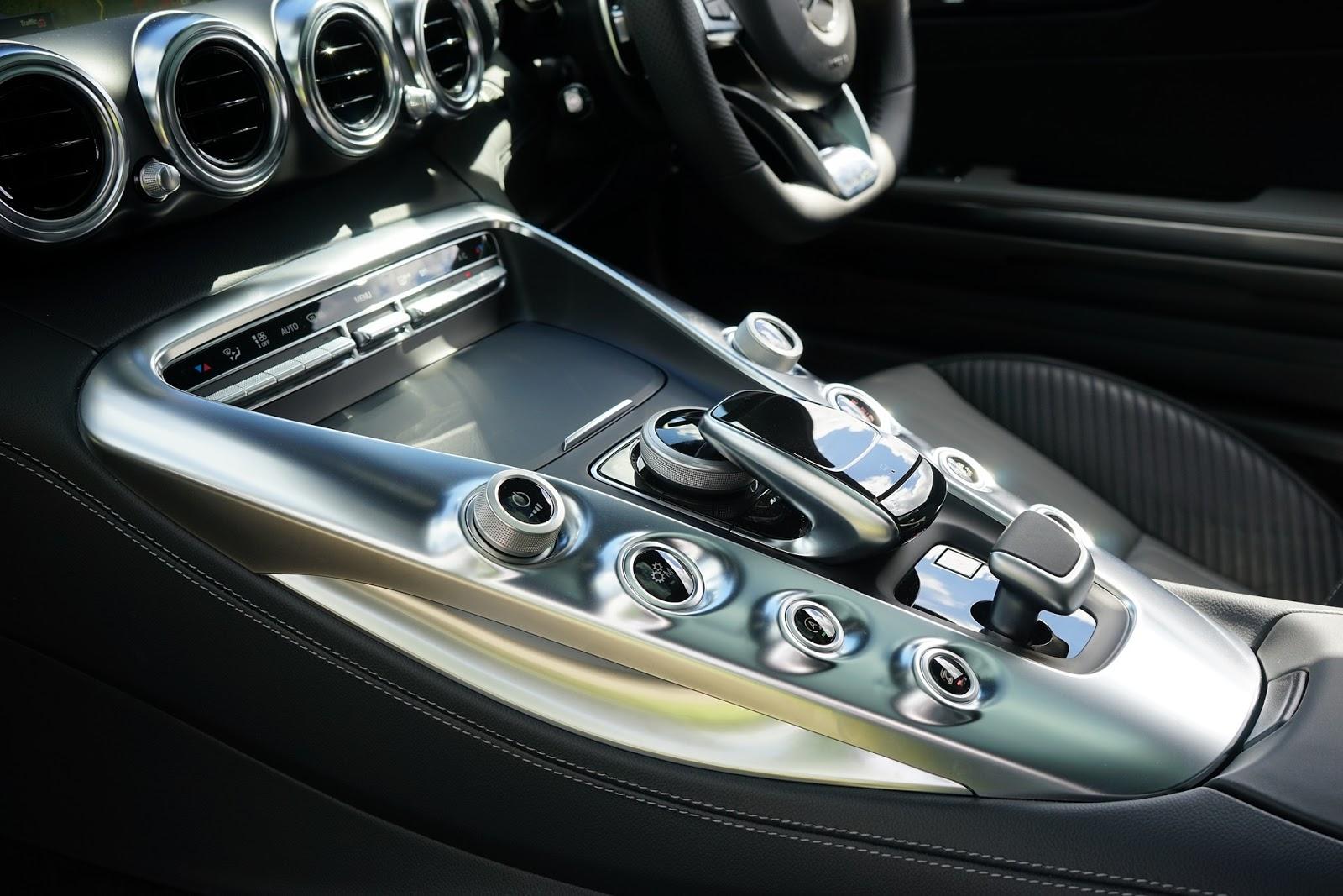 Mercedes czy Skoda, czyli ile naprawdę kosztuje PR