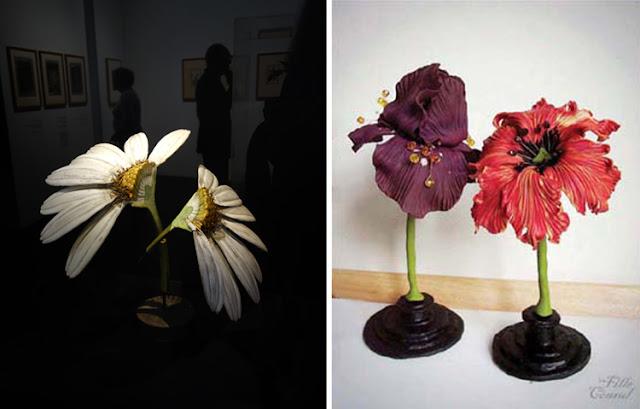A gauche : Fleur de Louis Auzoux en papier mâché et fer,exposition Jardins, Le Grand Palais. à droite: deux fleurs en argile de polymère, Delphine R2M (La Fille du Consul)