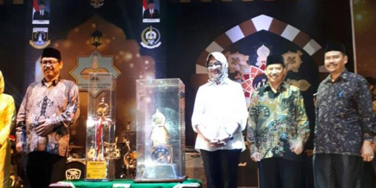 Walikota Tangsel Airin Rachmi Diany sesaat akan menerima piala.