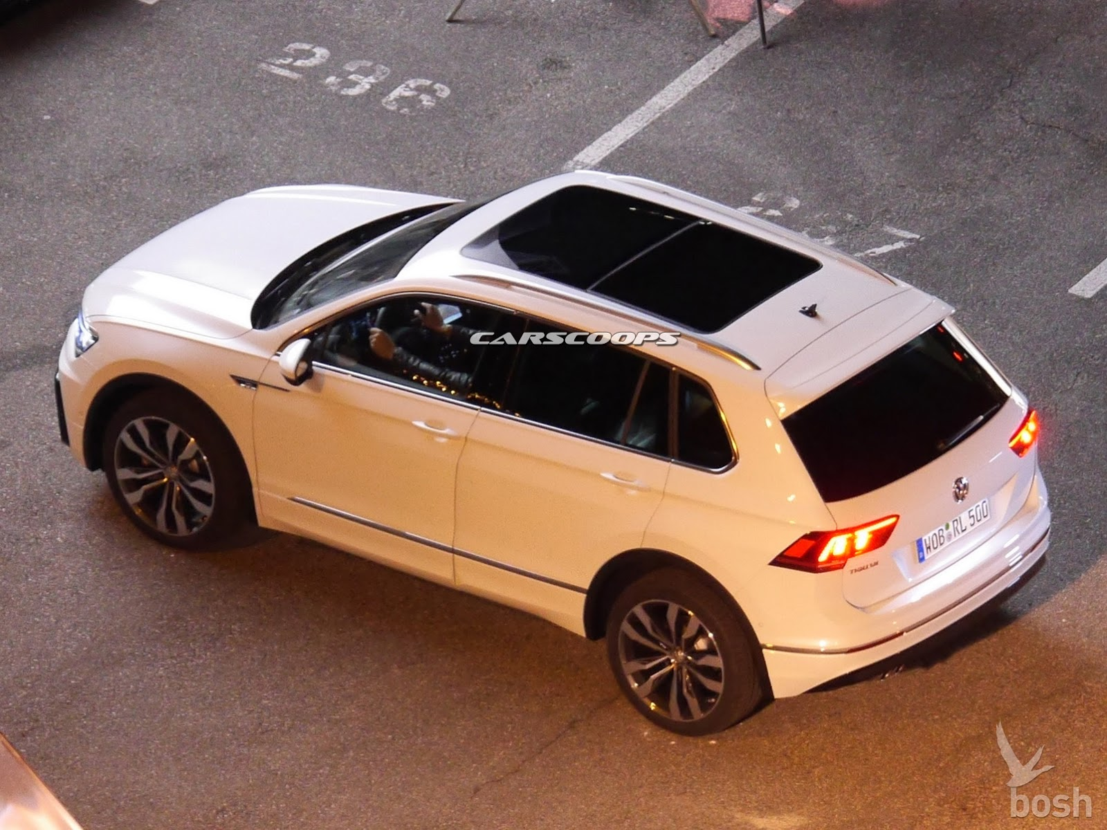 new 2017 vw tiguan photographed completely undisguised carscoops. Black Bedroom Furniture Sets. Home Design Ideas