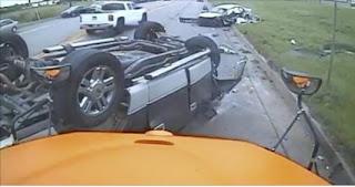 كاميرا حافلة مدرسية توثق لحظة وقوع حادث مروع