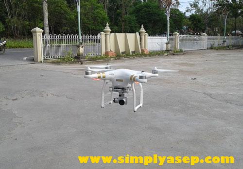 TERBANG : Drone mulai terbang mengangkasa dari jarak dekat saya ambil gambarnya.  Suaranya jernih nyaris tidak terdengar. Foto Asep Haryono