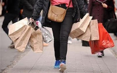 imagem de uma moça com muitas sacolas de compras