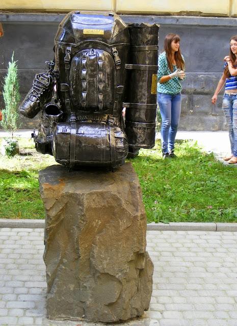 Львов, памятник рюкзаку