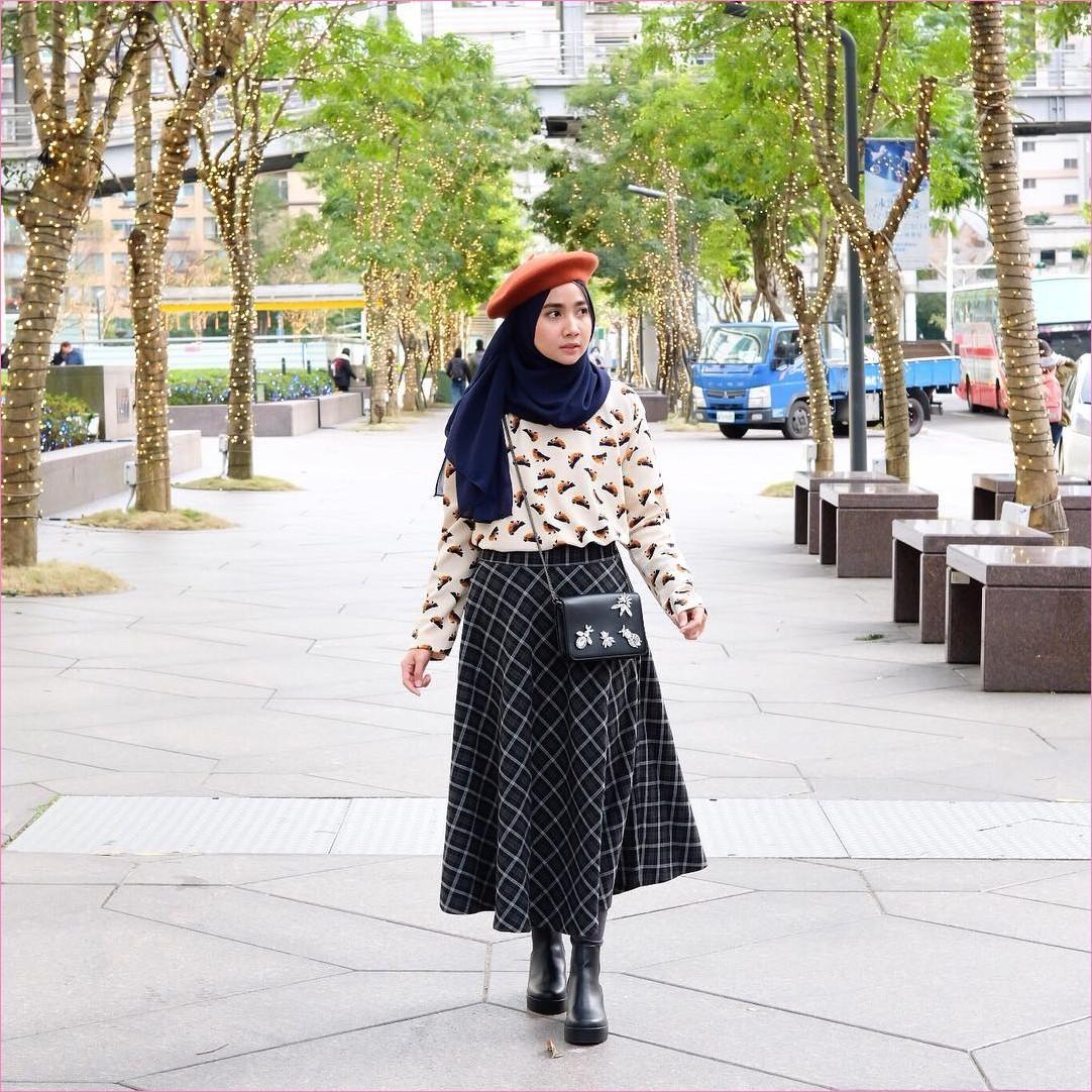 Outfit Rok Untuk Hijabers Ala Selebgram 2018 legging rok A-line kotak slingbags ankle boots hitam hijab pashmina diamond biru dongker blouse sweater putih topi oren ootd trendy