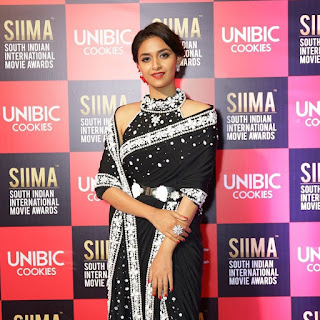 Keerthy Suresh in Black Saree with Cute Smile Entry at SIIMA Awards 2019 2