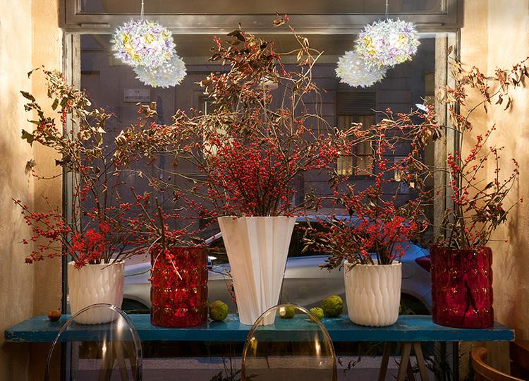 Arreglos florales en rojo en una cafeteria-restaurante