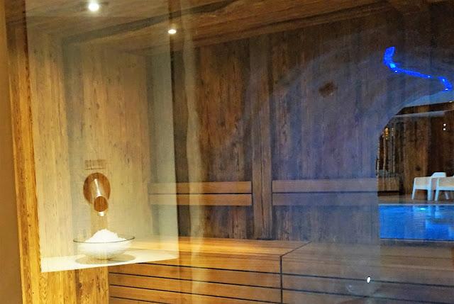Le sauna du Vital SPA, avec vue sur la fontaine de glace et le tunnel glaciaire