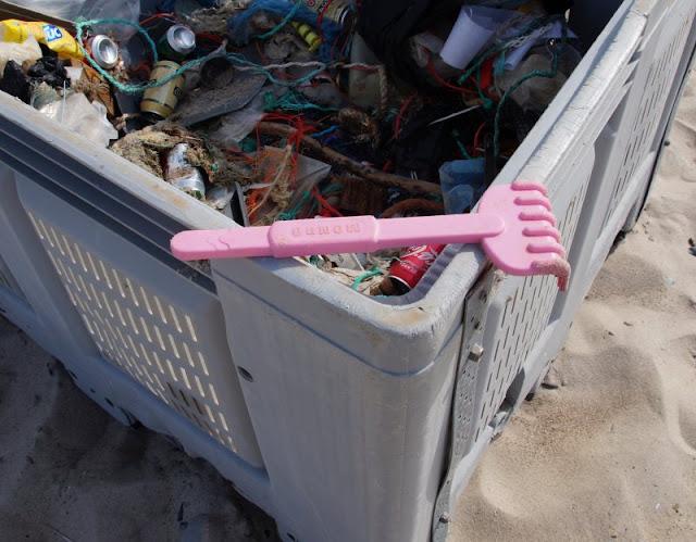 Plogging: Der neueste Trend-Sport aus Dänemark. Auf Küstenkidsunterwegs erkläre ich Euch den neuen hippen Sport mit Spaß- und Umweltfaktor aus Skandinavien samt Wortbedeutung und Praxistipps. Wir haben ihn am dänischen Strand mit unseren Kindern ausprobiert und leisten damit gern einen Beitrag für weniger Müll im Meer.
