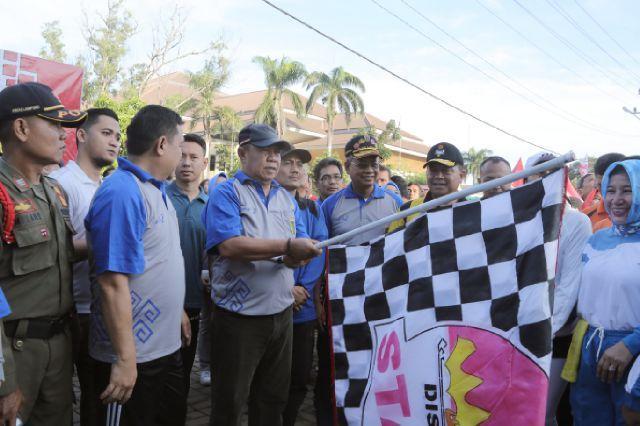 Wagub Membuka Jalan Sehat Dalam Rangka Memeriahkan HUT Pemprov  Ke-53.