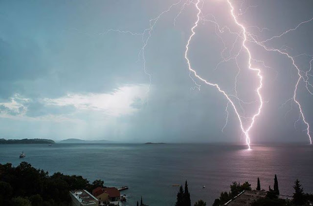 Great capture of CG lightning over the central Adriatic