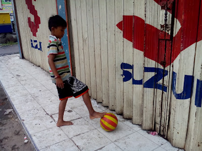 Anak Jalanan bermain bola di Simpang Aksara
