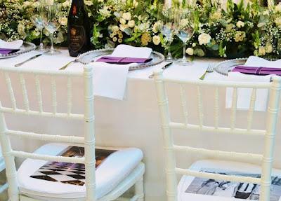 Mesa de boda con decoración abundante