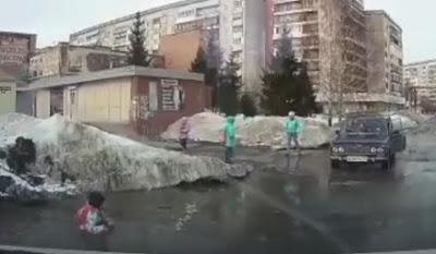 В Томске девочка провалилась в огромную лужу и не могла выбраться самостоятельно.