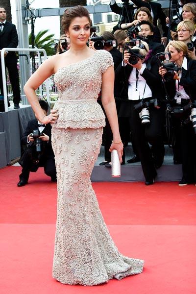 ffa048daa2 La actriz Aishwarya Rai con vestido de Elie Saab Alta Costura de la  colección de primavera 2011.