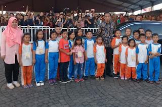 Kepala Negara RI, Bapak Joko Widodo Photo Bersama dengan Siswa SD Cimande 04