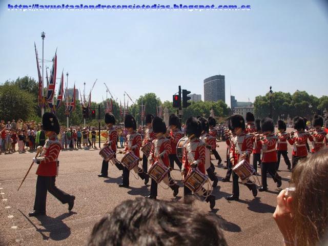 Desfile de los beefeaters tras el cambio de guardia en el Palacio de Buckingham