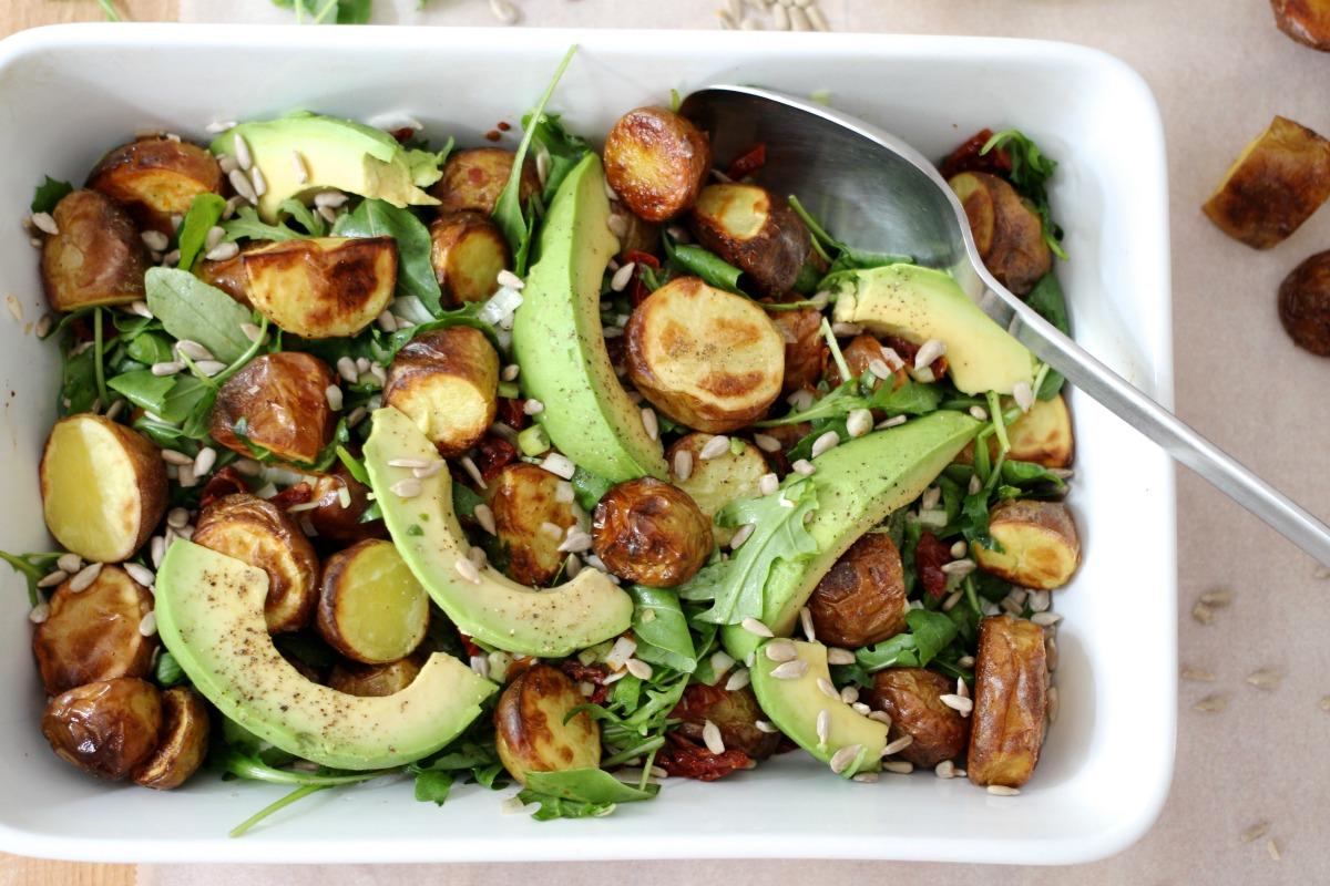 Salat mit Heurigen Kartoffeln, Avocado, Tomaten und Sonnenblumenkernen