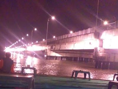 Ngopi Lesehan di Bawah Jembatan Suramadu