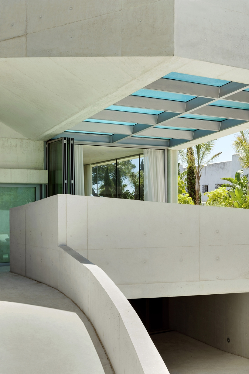 White concrete facade of the House with swimming pool by Wiel Arets Architects (WAA)