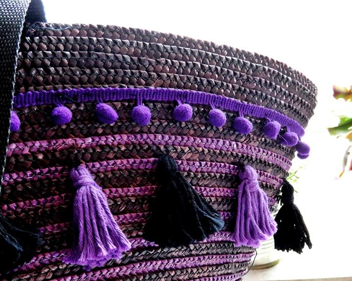 Teilaufnahme lila Ibizatasche mit Bommeln und Troddeln