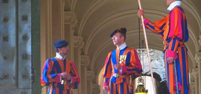 Die Armee des Vatikan, bewaffnet mit dem Damaszenerschwert