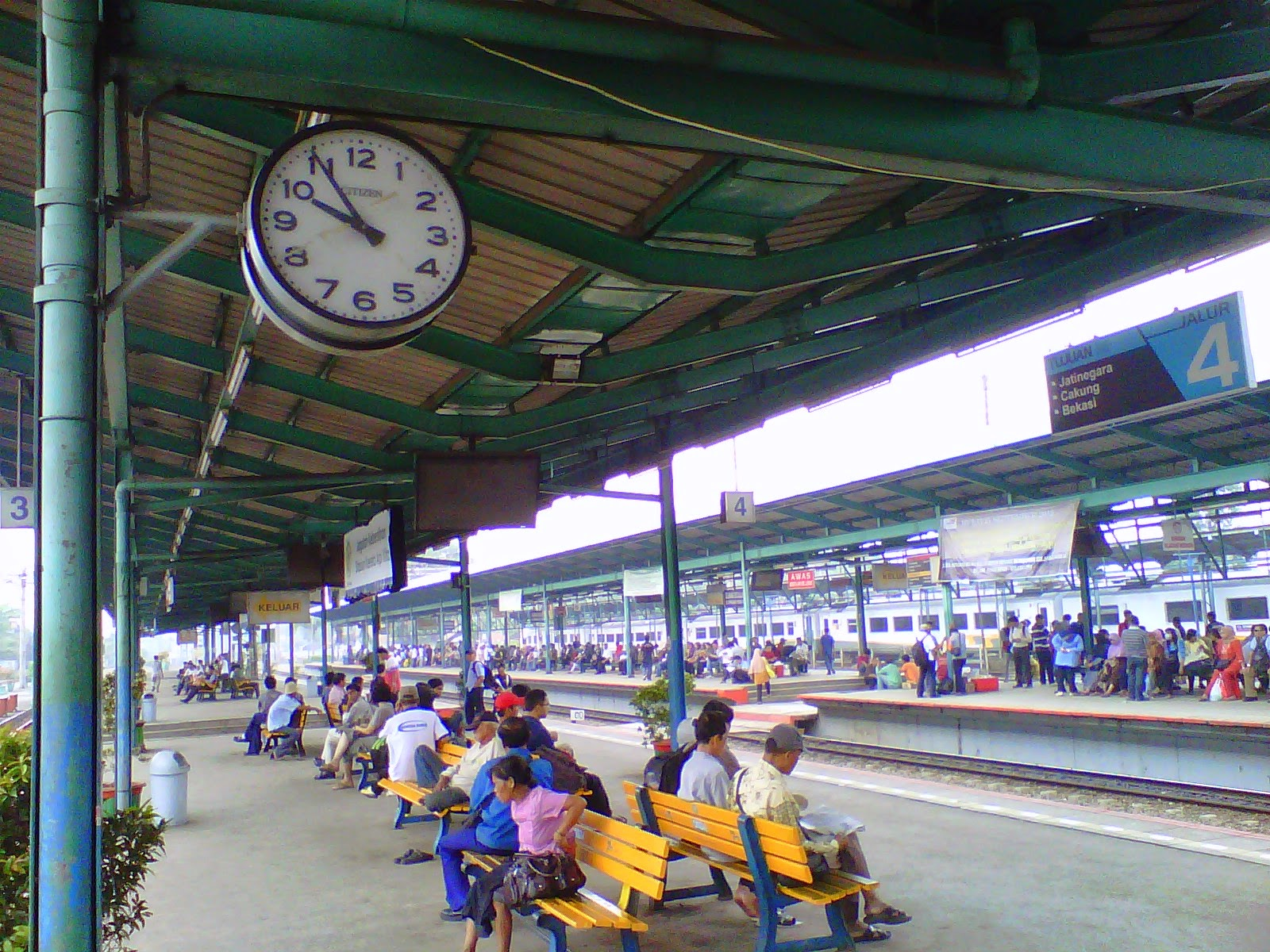 Suasana di Peron Stasiun Manggarai
