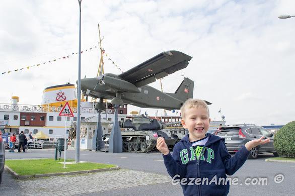 Rahmi Koç müzesinde uçaklar ve vapur arasında oğlum, İstanbul