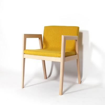 Fauteuil design pieds hêtre tissu jaune made-in-meubles.com