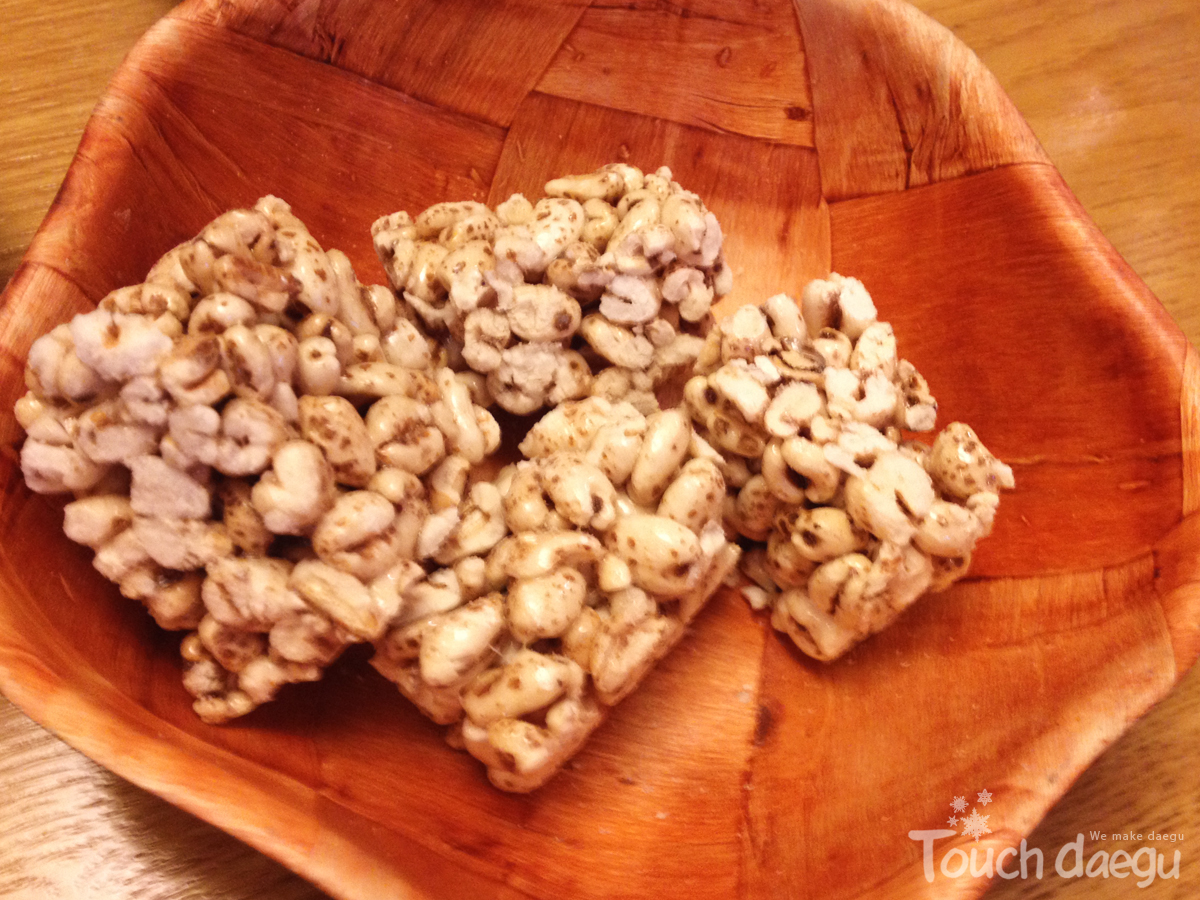 Honey and puffed oat snacks
