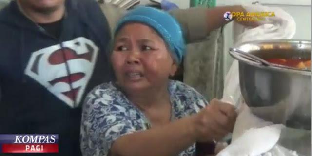 Nekat Berjualan Siang Hari, Ibu Ini Menangis Saat Dagangannya Disita Petugas
