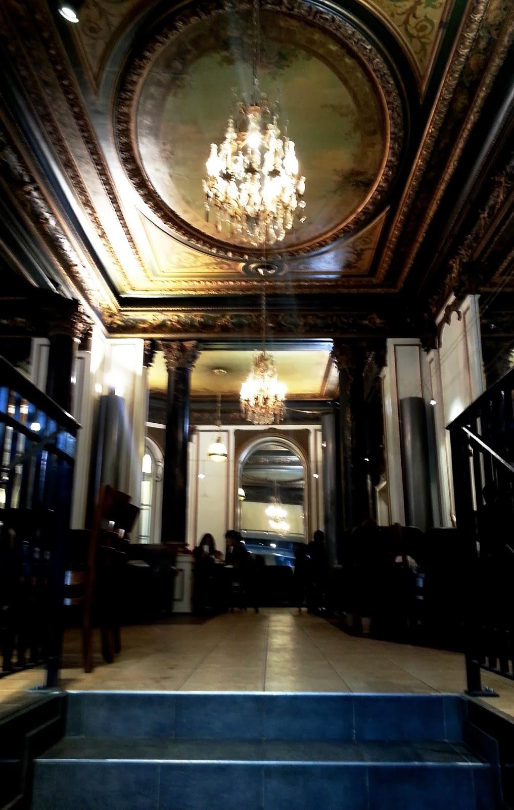 Stevige Leren Bank.Out In Paris Koffiemokken En Beschilderde Plafonds