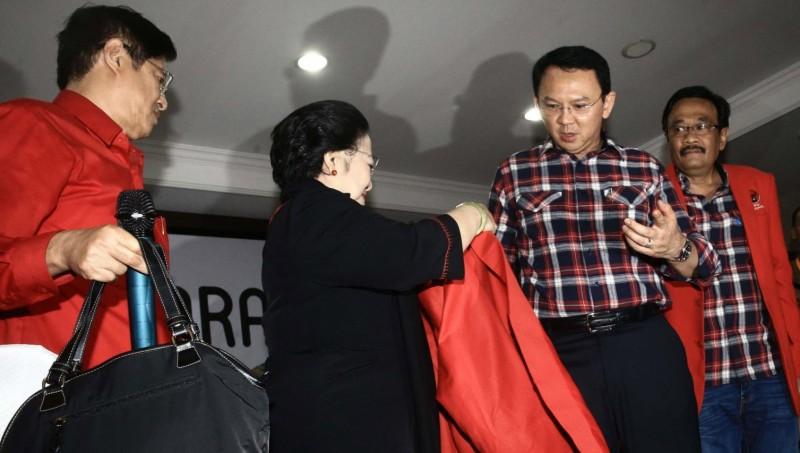 Megawati memakaikan jas merah ke Ahok