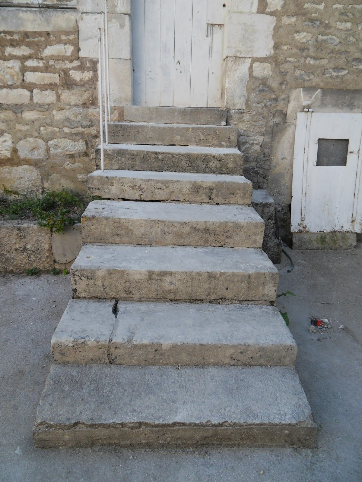 Pierre De L Yonne vide-maison: a vendre. cinq marches de pierre ancienne a