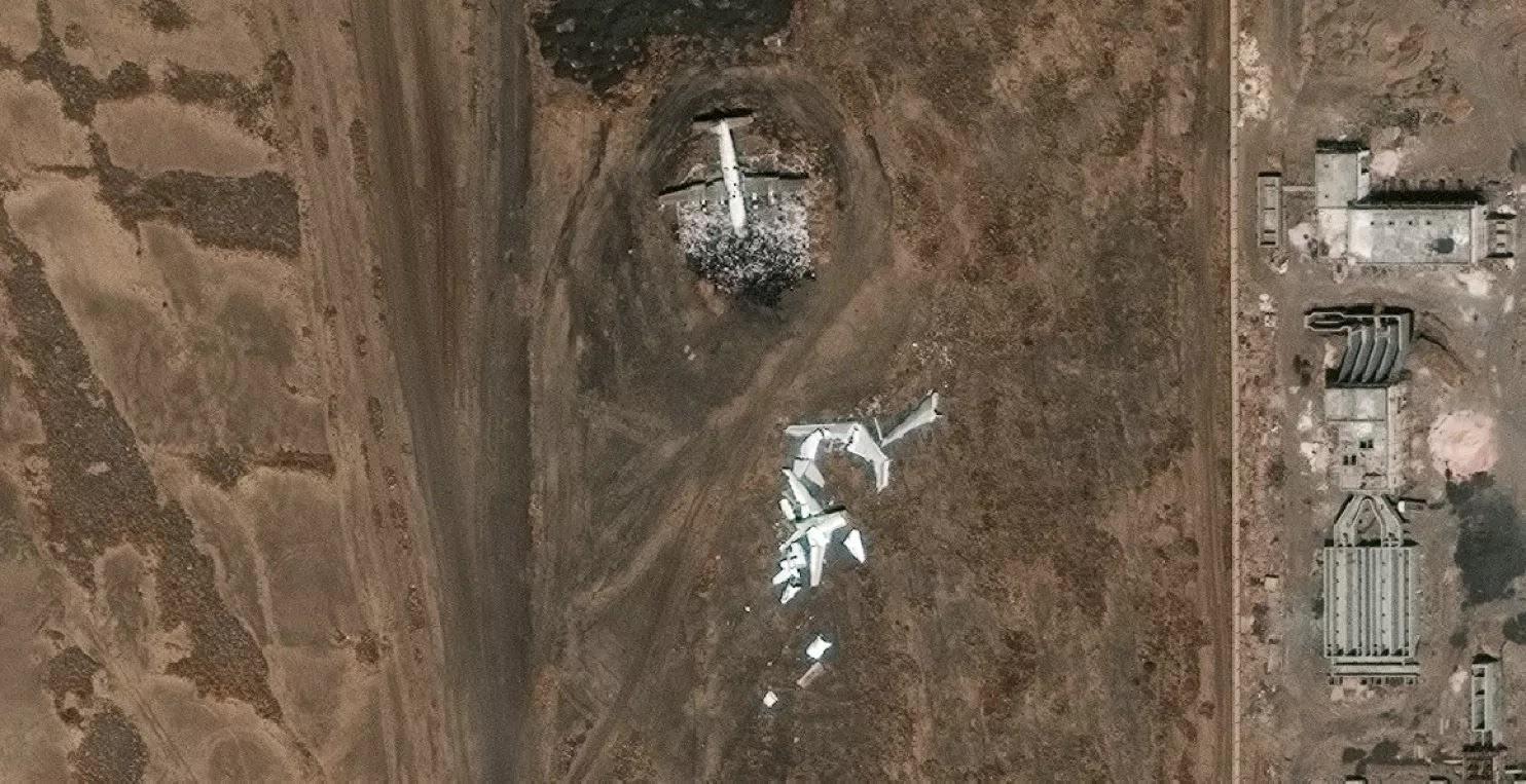 As imagens de satélite do Aeroporto Internacional de Sanaa em 22 de março