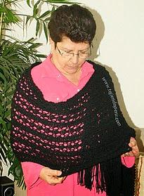 http://www.tejiendoperu.com/dos-agujas/prendas-y-otros-para-damas/pashmina-calada/