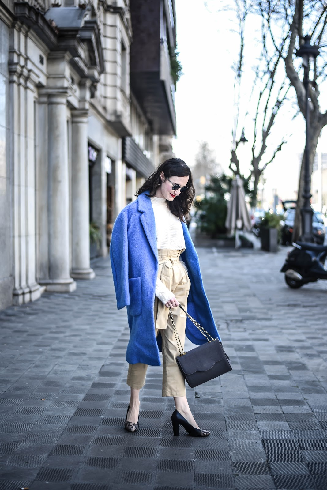 total_look_white_monochrome_look_blue_coat