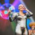 Duda Beat abre 2º dia de Lollapalooza com pop virilhante e protesto por Rennan da Penha