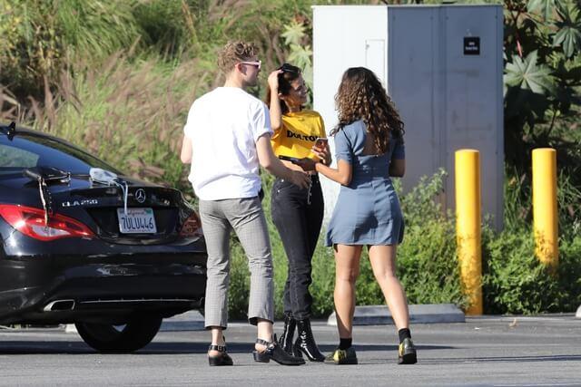 2017年4月9日 Netflixのドラマ「13の理由」の出演者と一緒にウエストハリウッドのタトゥー・スタジオ『Shamrock Social Club』へ訪れ、左手首に自殺予防を意味とするセミコロンのタトゥーを入れたセレーナ・ゴメス(Selena Gomez)をキャッチ。
