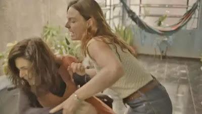 Betina (Isis Valverde) vai para cima de Leila (Arieta Corrêa) em 'Amor de Mãe' — Foto: Globo