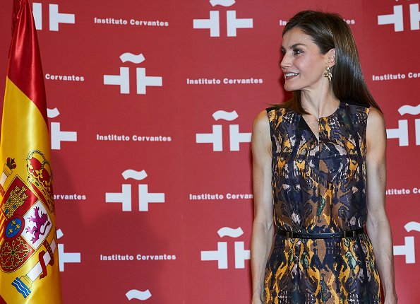 Queen Letizia Hugo Boss print dress, Adolfo Dominguez bags and shoes pumps, sandals, Queen Letizia fashions, style