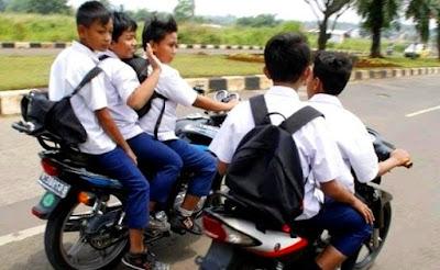 foto anak SMP dibawah umur mengendarai sepeda motor