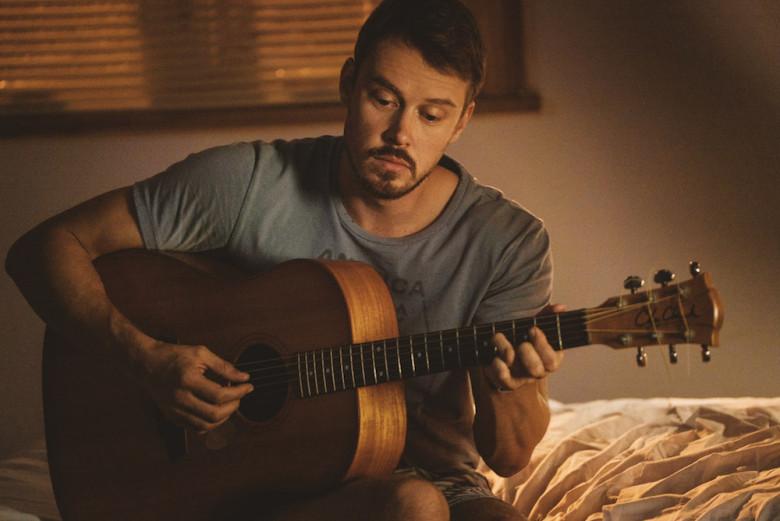 John Tavner componiendo sus canciones folk en 'Patriot'