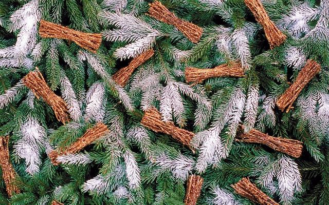 Foto van versierde kerstboom met nepsneeuw